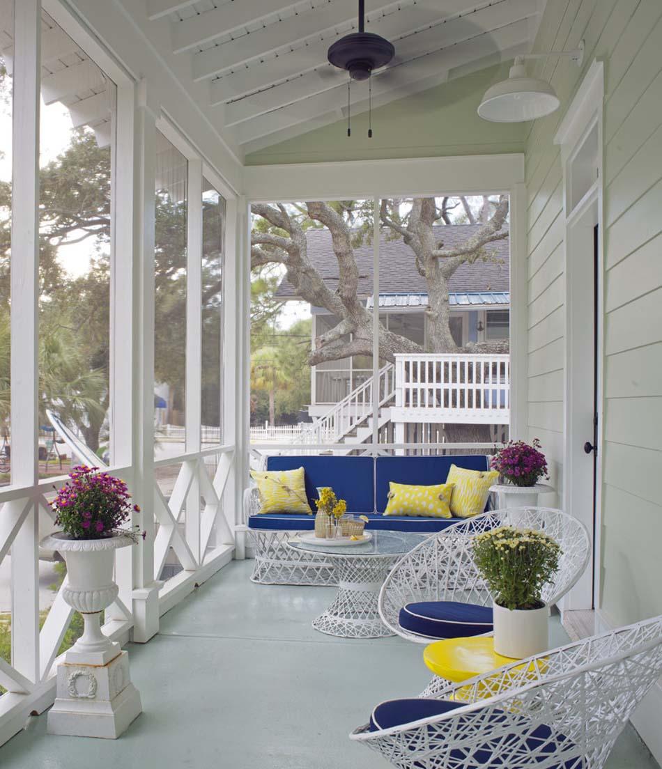Оформление балкона загородного дома..