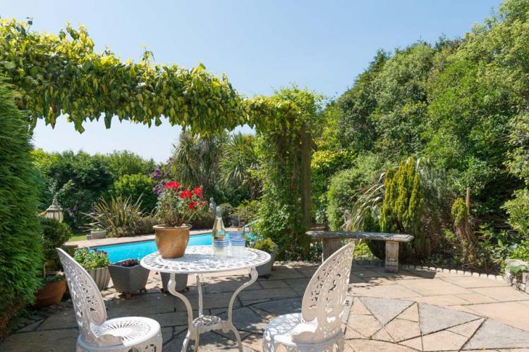 Бистро масата като естетична и практична добавка към двора и градината