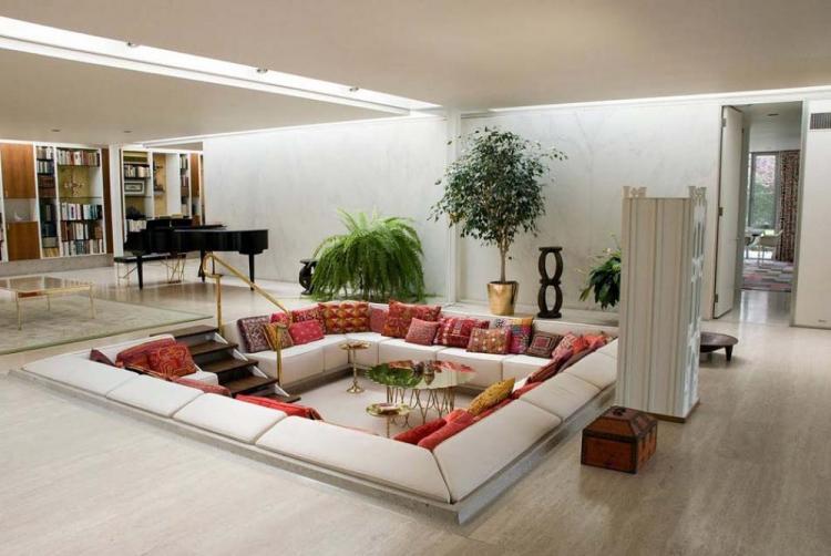 Всекидневна с модерен дизайн и уютна яма за седянка